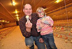 ฟาร์ม Bockhorst เปลี่ยนหลอดไฟในเล้าไก่ทั้งหมดเป็นแบบหลอด LED และชุดหรี่แสงล้ำสมัย