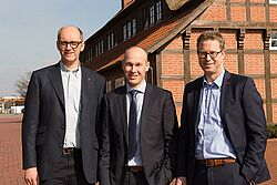 ใบหน้าเปี่ยมสุขภายหลังการเซ็นสัญญา (จากซ้ายไปขวา) ประธานคณะกรรมการบริหาร Big Dutchman AG: Mr. Bernd Meerpohl, ผู้อำนวยการการจัดการ Inno+: Mr. Maurice Ortmans และ Mr. Lars Vornhusen ผู้ช่วยผู้บริหาร