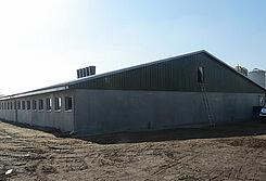 โรงเรือนลูกสุกรอนุบาลหลังใหม่ พร้อมอุปกรณ์สุดโมเดิร์น เป็นต้นว่า ระบบให้อาหารแห้งอัตโนม